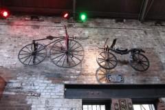Kolesa na steni v destilarni viskija Jemeson