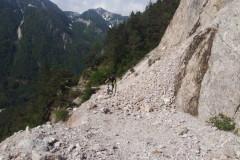 Cesto je zasul plaz kamenja