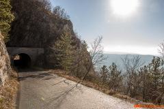 Skrivanje pred soncem v tunelu